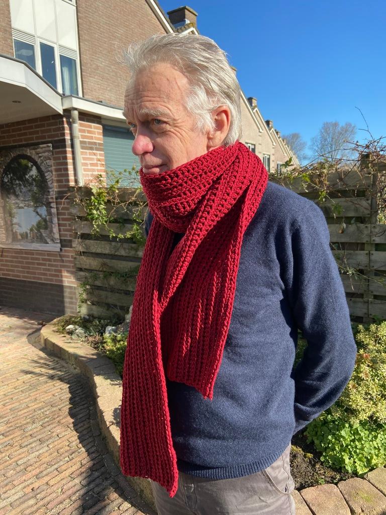 Man met sjaal in tuin